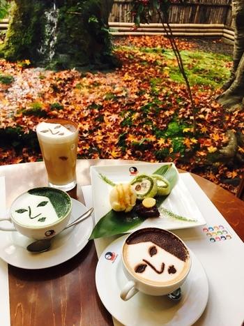 カプチーノやラテにはよーじやのラテアートが! 嵯峨野嵐山店限定の抹茶のロールケーキは、周りに求肥が巻かれていてもちもちした食感が楽しめます。