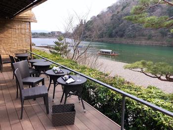 保津川が目の前に広がったテラス席がある「茶寮 八翠」。「翠嵐 ラグジュアリーコレクションホテル 京都」にあるカフェです。