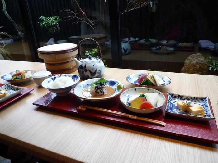 人気の「鯛茶漬け御前」。鯛のお刺身、鯛の練り物に京野菜の煮付け、そしておしんこが付きます。お刺身は最初はそのまま頂き、その後ご飯に乗せてどんぶりにし、最後にはお茶漬けとして楽しめます。
