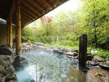 内湯の石風呂で温泉に浸かれる他、薬湯・炭酸風呂・ラジウム風呂など4つの露天風呂があります。京都の伝統柄の浴衣も借りられますよ。