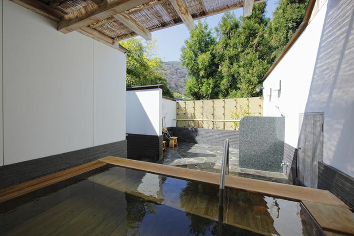 露天風呂で嵐山温泉の湯に浸かれる他、嵐山の景色を眺めながら入浴できる貸切露天もあります。とろみのある柔らかなお湯が散策で疲れた体をほぐしてくれますよ。