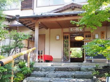 渡月橋近くの温泉旅館「嵐山 辨慶」。全十室と部屋数が少ないため、きめ細かなおもてなしがなされます。