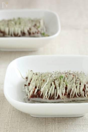 豆苗の魅力は、なんといっても再生栽培ができること。豆苗を食べた後、根を水に浸しておくと1週間~2週間で収穫することができます。水の量は根が浸る位がベストで、豆まで水に浸ると腐りやすいので要注意!