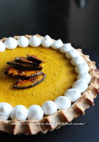 おしゃれで豪華なかぼちゃパイもパーティーにおすすめです。こちらのパイ生地はクルミが入っているところがポイント。仕上げにかぼちゃの飴煮を飾りましょう。ホイップクリームでデコレーションをすれば、とっても素敵なアクセントに♪