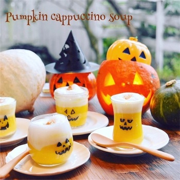 かぼちゃスープの上にふわふわのデコレーションを施したアイディアレシピ。砂糖入りの牛乳を泡立てて作っています。仕上げのナツメグが味わいのアクセントに。グラスの顔は、ラップに書いて貼り付けるだけなのでお手持ちのグラスで楽しめますよ♪