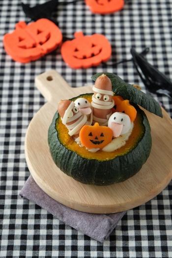 こちらは坊ちゃんかぼちゃを丸ごと使うグラタンレシピです。一人分ずつ作れば、とっても豪華なメイン料理になりますね。かぼちゃのほかに、ほうれん草や人参、豆腐などを使って具沢山なのも◎マカロニが入っていないので、主食とも合わせやすいでしょう。