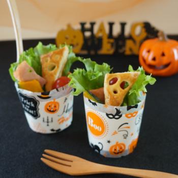 パーティー用のサラダにもおすすめ。かぼちゃ入りのシーザーサラダに、お化けのパイをトッピングしたかわいいデザインです。冷凍パイシートを使うので、お手軽にできますよ。