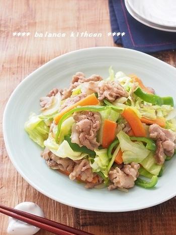 シャキシャキ感が命の野菜炒め。このレシピでは、お肉に保水効果のある片栗粉などを使ったり、弱火で炒めて素材から水分が出ない工夫がされています。ただし、炒めすぎはべちゃっとするので要注意。コツを押さえた野菜炒めは、絶品です。