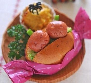 パンでつくるキャラ弁もおすすめ。こちらはウインナーにハロウィンの細工をしたロールサンド。カラフルなワックスペーパーなどでキャンディーのように包むと、よりハロウィンらしく仕上がります♪