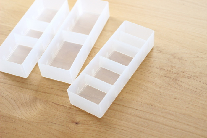 衣装ケースは、服を畳んで平置きにしたり、二つ折りにし立てて収納するのに使いやすいサイズ。 他の用途に使用するときは奥行きが深いため、小さな仕分けボックスと併用すると断然使いやすくなります。