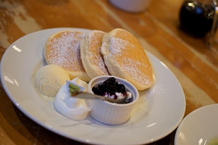 定番人気の「パンケーキと水切りヨーグルト&ブルーベリーソース&アイス」は、ブルーベリーソースをかけたり、アイスと一緒に食べたり、色々な楽しみ方ができますよ。