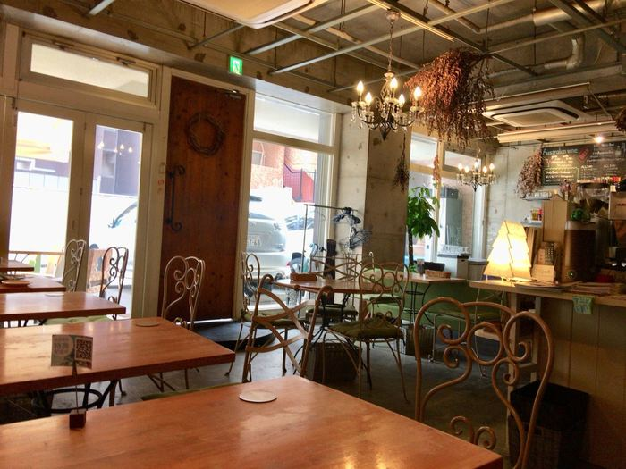 アイアンの椅子やドライフラワーなど、アンティーク風のおしゃれな店内。置くにはゆったりとしたソファー席もあります。