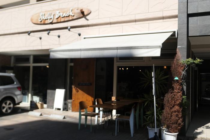 オーストラリアのシェリービーチをイメージしたカフェ「Shelly Beach〜by Manly Australian Cafe&Bar〜」。海外を訪れたかのような雰囲気のあるカフェは、おしゃれと評判です。