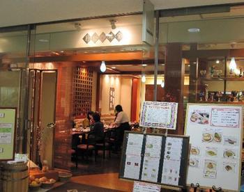 アクロス福岡の地下2階にある「菊竹珈琲堂」は、大人が落ち着いてくつろげる老舗の喫茶店です。天神駅に直結しているので、アクセスの良さも◎