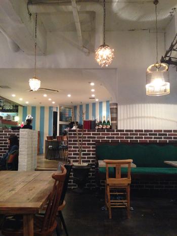 レンガ風の壁やソファなどちょっぴりレトロな雰囲気の店内。正午~22時まで営業しているので、日中だけでなく夜カフェで利用するのもおすすめです。