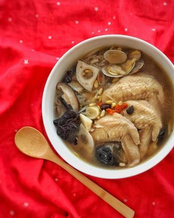鶏肉やあさりをメインにニンニク、生姜を加えたスープです。お肉や貝はお好みでアレンジ出来ます。食材から調味料まで滋味たっぷりです!