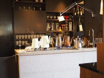 こちらのカフェはパンケーキだけでなく、コーヒーにもこだわりがあります。色々なコーヒー器具が並んでいる姿もいい雰囲気ですね。