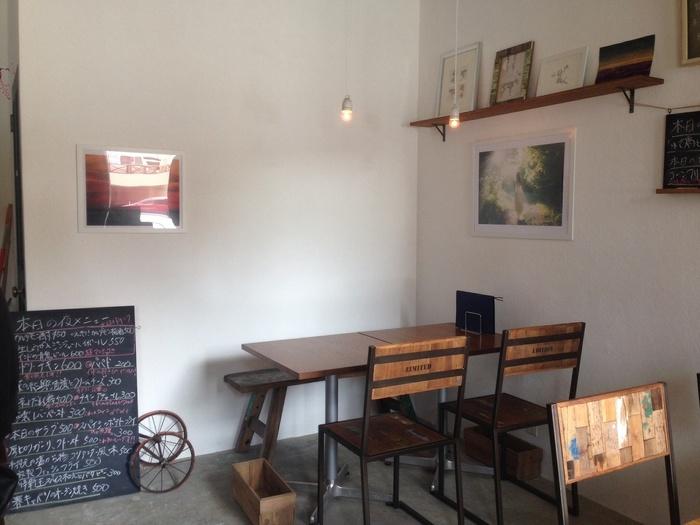 個性的な絵や雑貨など、おしゃれなカフェのようなインテリアに囲まれながら、美味しいカレーをいただけます。