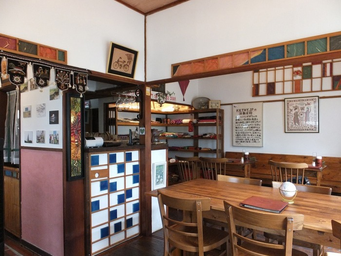 店内はカレー店というよりも古民家カフェのような落ち着いた雰囲気。店内に飾ってある絵や小物も味があって素敵なんです!