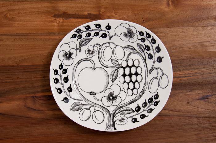 もうちょっとデザインと個性のあるオーバル皿が良いなら、こちらはいかが?円に近い楕円の形と、全体に描かれた植物が個性的。色違いもあるから、気に入ったら探してみて。