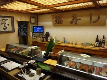 ほかにもちらし寿司や、押し鮨、巻き物など、様々なお寿司を楽しめるほか、天ぷらや焼き物も。お酒と一緒に至福のひとときを過ごしてみてはいかがでしょう*  観光客の方はもちろん、地元の方からも愛されているお寿司屋さんです。