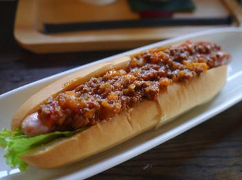 ドイツの食肉加工コンテストで金賞を受賞したソーセージを使ったホットドッグが名物。地元のパン屋のパンでソーセージを挟み、上からたっぷりミートソースをかけた「ヒバリドッグ」が人気です。パリッとジューシーなソーセージとミートソースのコンビは最高!