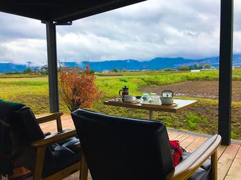 阿蘇五岳と田園風景を眺められるテラス席は大人気!阿蘇の風景を眺めながら、ホットドッグを食べる時間はまさに贅沢なひととき。