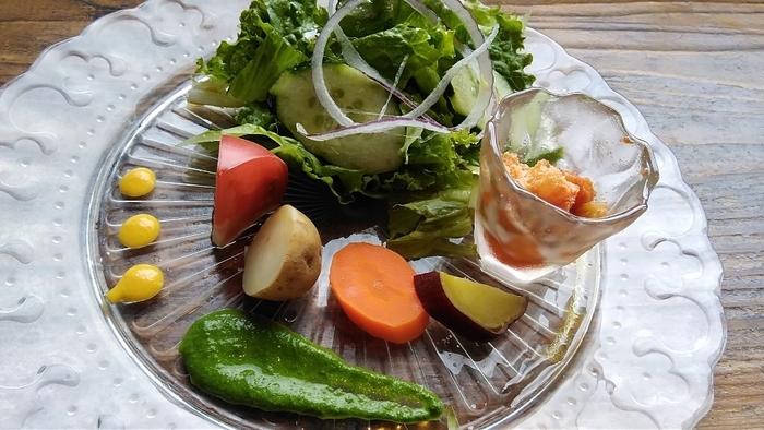 Sakura Lunchには、菜園野菜のサラダ・本日のスープ・本日の小鉢・ドリンクが付いてきます。菜園野菜のサラダは、茶蔵菜園で育てた無農薬野菜を使っていて、新鮮でみずみずしく野菜本来の味を感じられます。