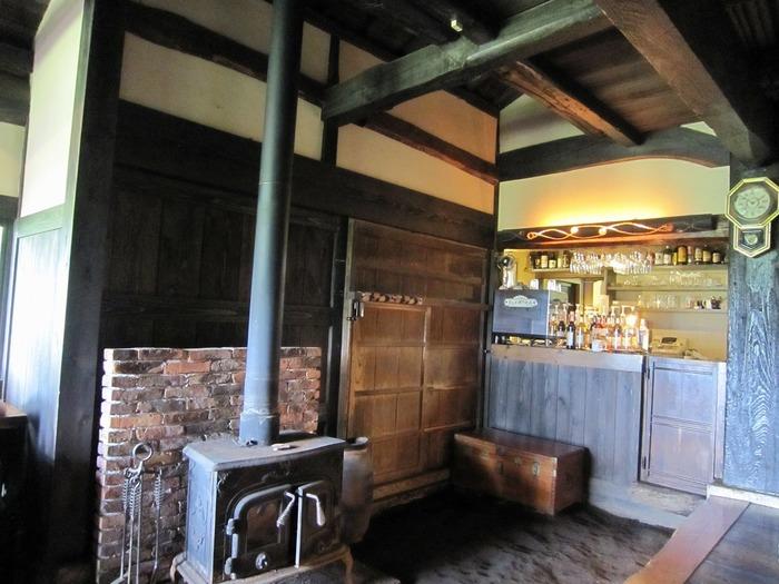 古民家をリノベーションしたカフェはレトロな雰囲気が漂っています。冬には薪ストーブを使うので、ノスタルジックさがより高まります。