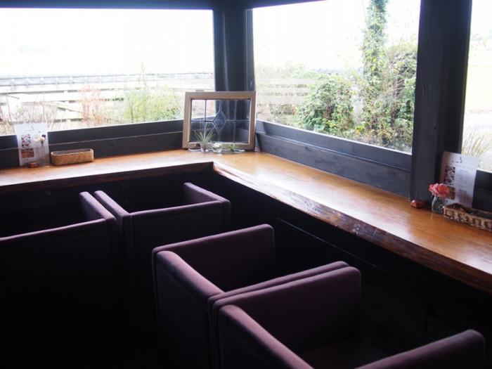窓から緑を眺めることが出来るカウンター席は、開放感を感じられるおすすめの席です。椅子の座り心地も良く、おしゃべりをしたり、読書をしたり、思い思いの時間が過ごせます。