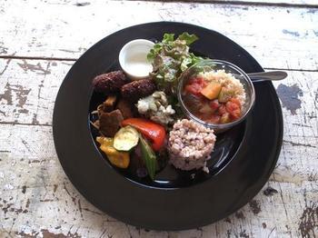 季節野菜を使った優しい料理が人気。お野菜プレートは、色々な野菜料理が少しずつのった女性に嬉しい一皿。新鮮な野菜の美味しさを味わいましょう♪