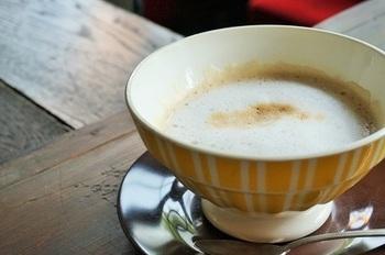 カフェオレボウルにたっぷりと入ったカフェオレ。アンティークの素敵な器で飲む一杯は、一口で幸せな気分に♪