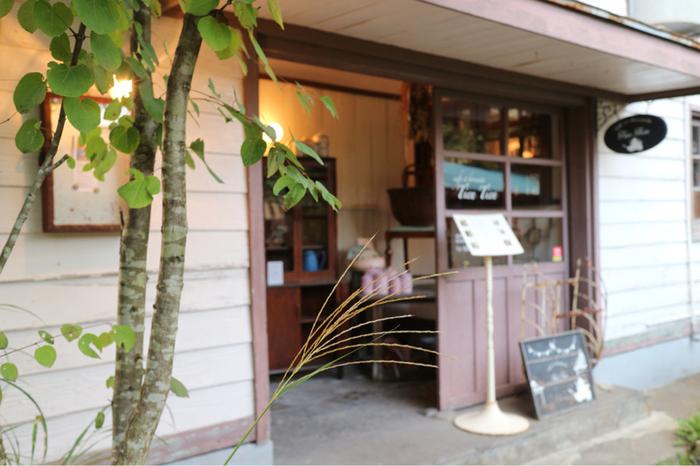 洋裁女学校跡にある「Tien Tien」は、カフェ&フランス・アンティーク雑貨のお店です。季節の野菜を使った料理やスイーツ、コーヒーなどを楽しめます。現実を忘れてしまうような非日常空間がそこにあります。