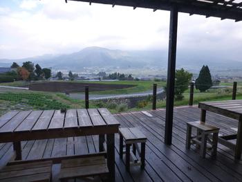 阿蘇の雄大な自然を感じながら食事を楽しめるテラス席もあります。ここから眺める阿蘇の景色は、まさに絶景!天気のいい日はぜひ♪