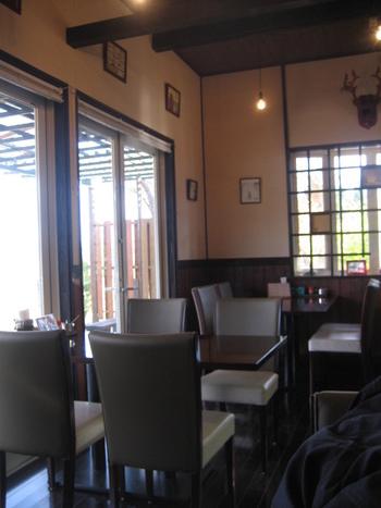 南阿蘇で美しい景色を眺めながら食事をするなら「カフェ プルニエ」がおすすめです。店内はそれほど広くはありませんが、阿蘇の澄んだ空気も相まってのんびり過ごせそう。