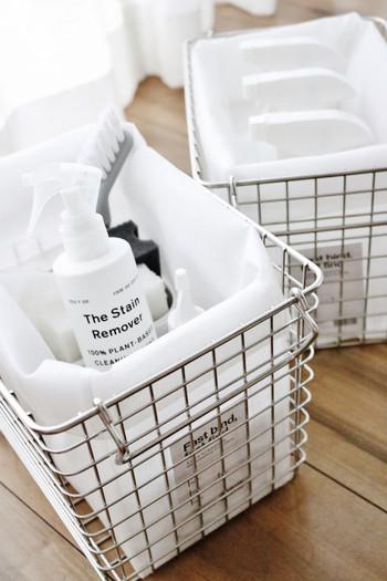 錆びにくいステンレスワイヤーバスケットは、水の飛び跳ねが気になる洗面周りやお風呂場の収納、そして、ベランダでの収納に◎  耐久性も高いので、重たい缶詰や粉ものなど食品ストックにも最適です。 吊るしたりスタッキングもできて便利。
