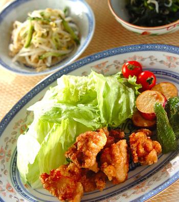 ハンバーグと並んで人気のメインおかずといえば、やはり「鶏のから揚げ」でしょう。こちらは、シンプルな味付けであきのこない唐揚げと、ゆでモヤシのごま酢和え、ほうれん草とじゃこのおひたし、絹さやと豆腐の味噌汁の組み合わせです。