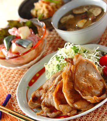豚肉といえば、爽やかな風味で元気もりもり食べられる「豚の生姜焼き」もはずせませんね。写真は、生姜汁を2回に分けて入れる風味高い生姜焼き。そして、さっぱりとした切干大根とちくわの煮物、クレープとリンゴのサラダ、なすと素麺の味噌汁の献立です。焼物・煮物・生といろんな調理法が組み合わさっているのは理想的。