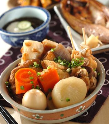 大根やにんじんなど根菜がたっぷり食べられる「おでん」は、ヘルシーメニューのひとつ。練ものなども油が抜けて、さっぱりといただけます。この献立では、干物やとろろもずくなどを合わせています。