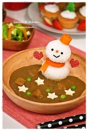 食べるのがもったいなくなりそうな、キュートな雪だるまちゃんカレー。写真映えも抜群、SNSなどで話題になりそう。