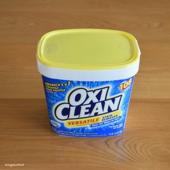 ピンポイントで皮脂汚れが目立つ場所はないけれど洗濯物全体がくすんだ感じがする場合は、「酸素系漂白剤」を使った浸け置きをしましょう。