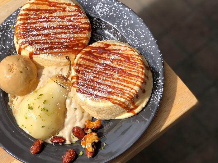 定番のパンケーキの他に、季節限定のパンケーキもあります。こちらは10月限定の「洋梨とアールグレイのパンケーキ」。それぞれの季節の味を楽しめるなんて、パンケーキ好きにはたまりません!