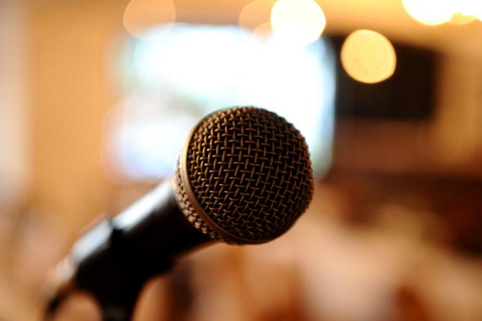 友人スピーチの目安は3分程度です。終わり・最後などの忌み言葉やますます・くれぐれもなどの重ね言葉はNG。時間を計って練習しておき、スムーズにちょうどいい速さで話せるようにしておきたいですね。