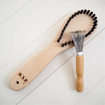 浅草アートブラシの毛玉取りブラシは、衣類をブラッシングするだけで生地を傷めずに素早く毛玉が取れます。電池交換も充電も要らないからラクチン! また、ブラシの毛先に絡んだ毛玉は、付属のクリーナー(写真右)を使って取り除くことができます。