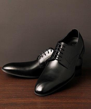 足元は黒の靴下に黒の紐付き靴で。飾りなどのないものが無難です。
