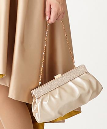 バッグは洋服に合わせますが、あまり大きなものよりクラッチバッグや小さめのハンドバッグがスマートな印象です。ショルダーストラップが付いていると移動の際に楽ですね。 高級ブランドのロゴが目立つバッグやワニ革など動物の殺生を連想させるものもできれば避けましょう。 サテンやシルクなどの素材がおすすめです。