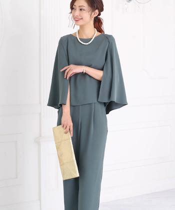 平服でOKという場合でも、礼装でなくていいという意味なのでコットン素材などのカジュアルすぎる服装は避けましょう。 セットアップやスーツ、ワンピースなどにするのが無難です。
