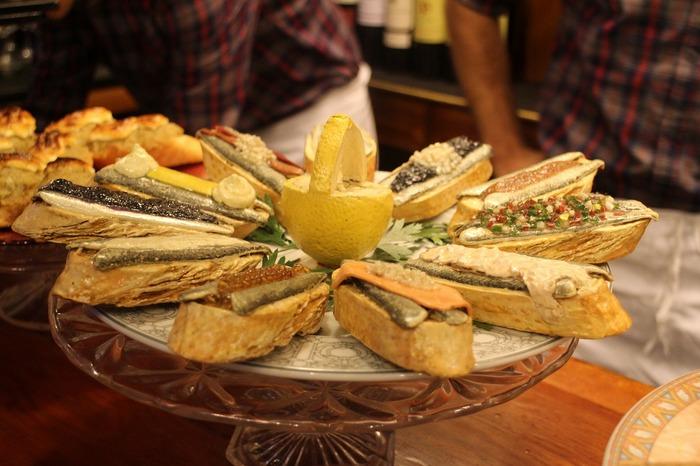 バーカウンターに置かれているのは、本物のような偽物。日本ではよく見かける食品サンプルなのですが、スペインではこうしたディスプレイは珍しいです。