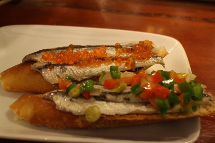 そしてこちらは本物。酢漬けのイワシに色鮮やかな野菜や魚卵が乗っています。