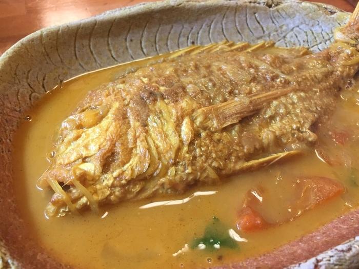 バングラデシュでは定番の「本日の魚カレー」。魚が丸ごと1匹どーんとのっていてインパクト抜群です。魚の美味しい出汁を存分に味わえる魚カレーは絶品。数量限定なのでお早めにどうぞ!